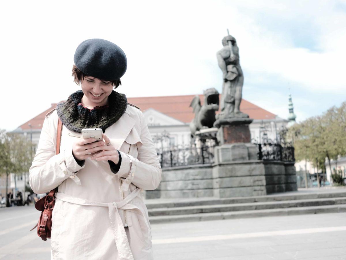 Woman using the Klagenfurt City Guide App